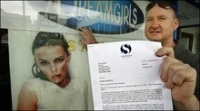 Адвокати Кайлі Міноуг поставили вимогу забрати її зображення з вітрини стриптиз-клубу