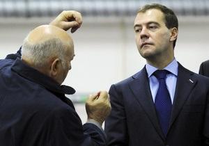 Российские СМИ об отставке Лужкова: Медведев вышел из тени Путина