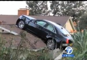 В США мужчина случайно припарковался на крыше соседского дома