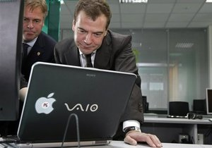 Медведев объяснил отказ от планшета iPad