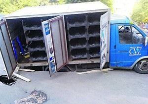 На Борщаговке в Киеве Газель провалилась под асфальт