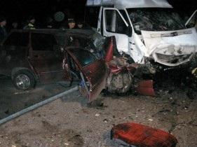 В Днепропетровской области машины столкнулись лоб в лоб, четыре человека погибли, еще семь травмированы