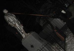 Под Киевом ультраправые демонтировали памятник Ленину