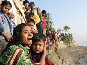 В Бангладеш баржа столкнулась с паромом: 27 человек погибли