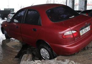 В Киеве под асфальт провалился автомобиль