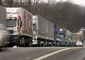 На границе Украины с Польшей образовались длинные очереди
