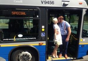 Новости Канады - необычные свадьбы: Влюбленные из Канады сыграли свадьбу в автобусе
