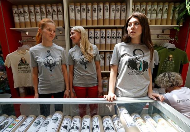 В США открылся магазин футболок с Путиным. Восторг американцев .
