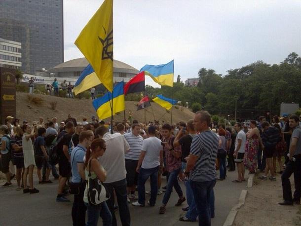 Радикалы попытались забросать камнями консульство России в Одессе