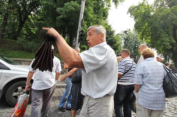 Возле Кабмина чернобыльцы перекрыли улицу Грушевского, требуя социальных выплат