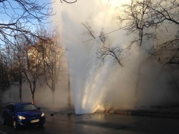 ФОТО: На Печерске прорвало трубу, кипяток хлещет фонтаном