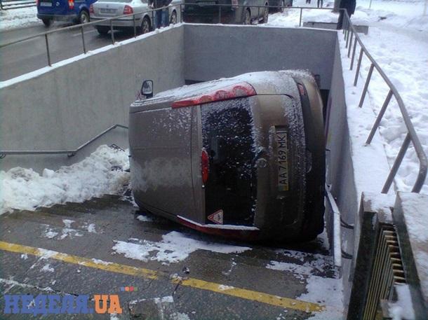 ФОТО: Nissan Note влетел в подземный переход в Киеве