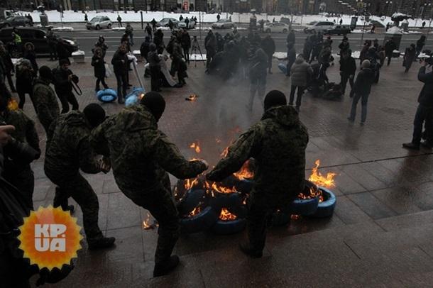 Митингующие пикетируют здание мэрии Киева, подожгли шины - (видео)