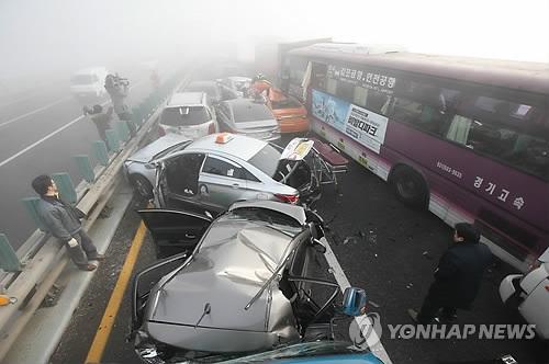 Массовое ДТП в Южной Корее: в аварию попало около 100 автомобилей
