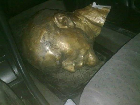 В Киевской области снесли памятник Ленину