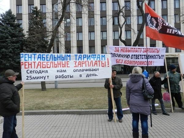 Работники Южмаша грозятся приехать в Киев выбивать долги по зарплате