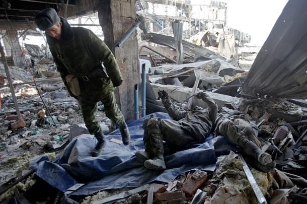 """ФОТО: Боевики заставили пленных доставать тела """"киборгов"""""""