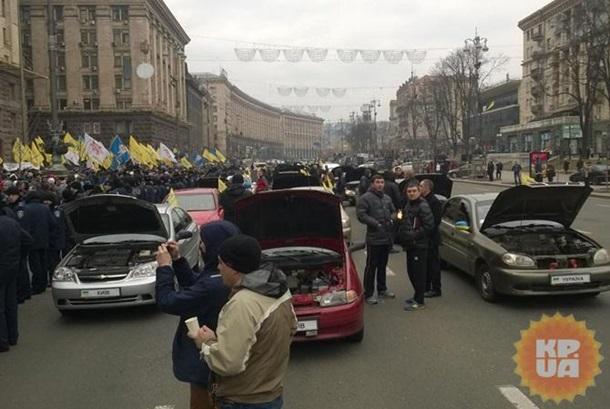"""В Киеве участники """"Марша белых платков"""" перекрыли Крещатик"""