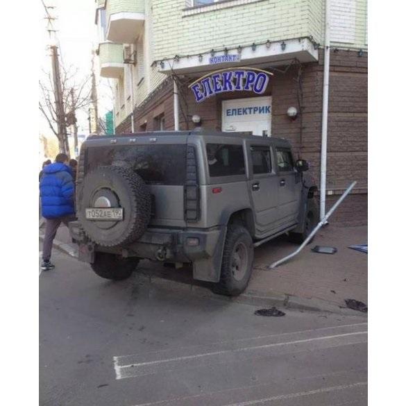 ФОТО: Hummer с номерами РФ влетел в магазин на Подоле