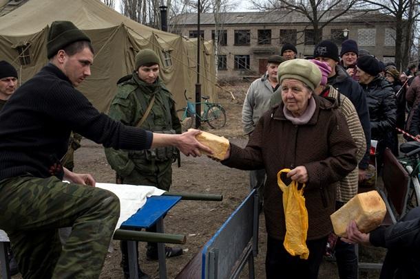 ФОТО: В Чернухино люди с автоматами раздают хлеб