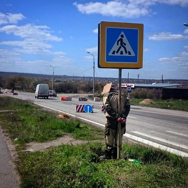 ФОТО: Боевики привязали к дорожному знаку соратника за кражу