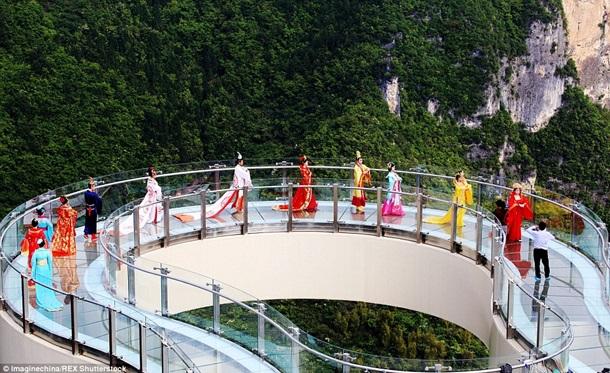 """В Китае открыли самый длинный стеклянный """"мост"""""""