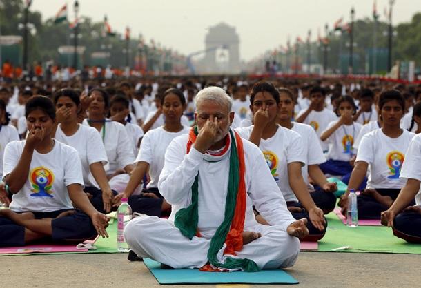 Премьер Индии провел занятие йогой для тысяч человек