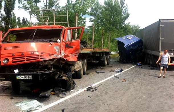 Смертельное ДТП под Мукачево: столкнулись две фуры и микроавтобус