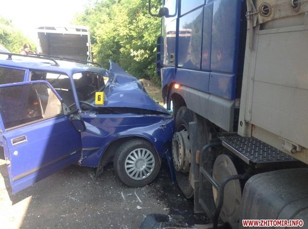 ФОТО: ДТП под Житомиром: ВАЗ столкнулся с фурой, есть жертвы
