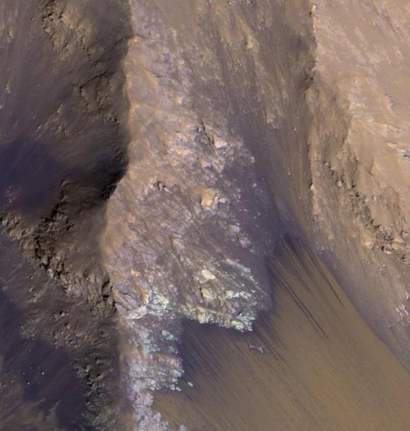 NASA показало водяной поток на Марсе