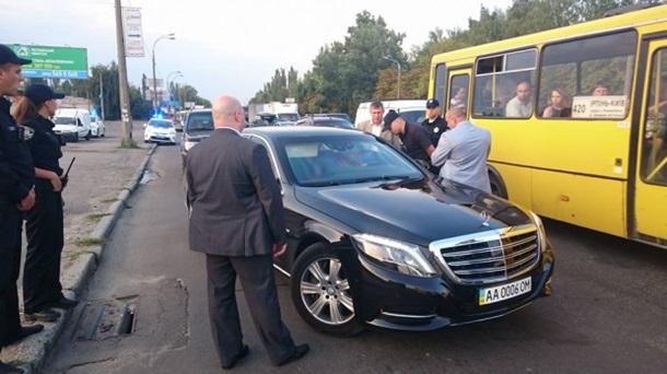 Киевские полицейские остановили кортеж Григория Суркиса
