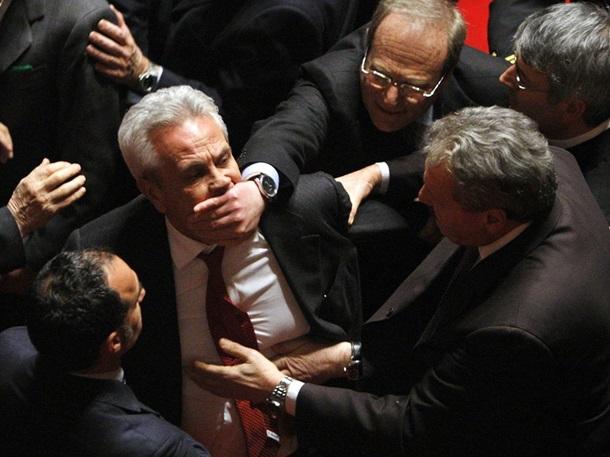 Американское издание собрало фото драк в парламентах разных стран