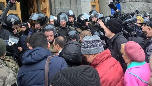 УХаркові мітинг: міськрада оточили силовики