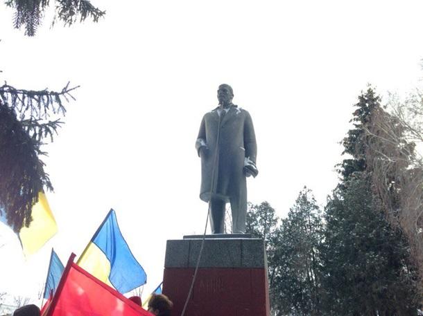НаПолтавщині під час демонтажу пам'ятник Леніну «завис» уповітрі