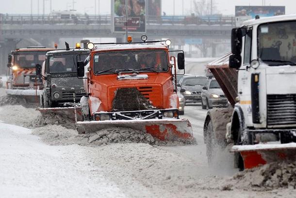 Сніг уКиєві прибирають більше 500 машин і 5 тис. працівників— КМДА