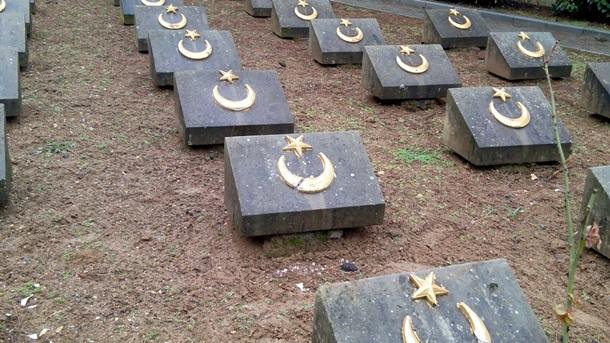 Неизвестные повредили надгробия турецких воинов(ФОТО)