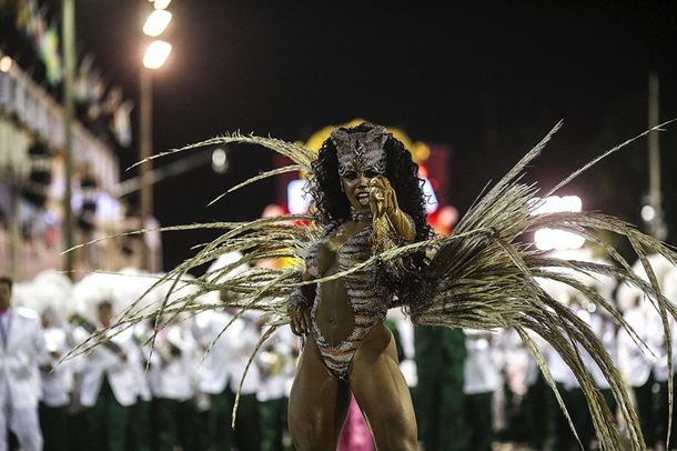 Горячее шоу в Рио и школьный скандал: фото дня