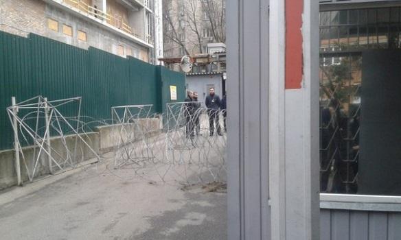 "Полк ""Азов"" заблокировал телеканал ""Интер"""
