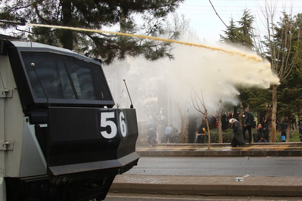 В Турции полиция применила водометы для разгона тысяч демонстрантов