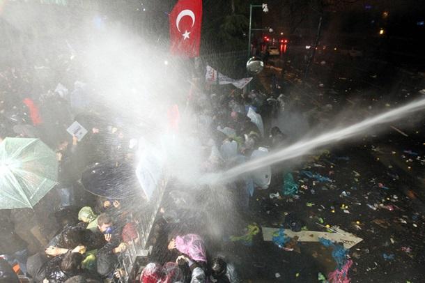 В Стамбуле полиция разогнала сторонников газеты