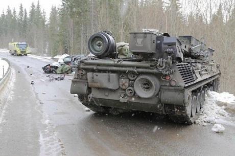 Учения НАТО в Норвегии: броневик переехал автомобиль