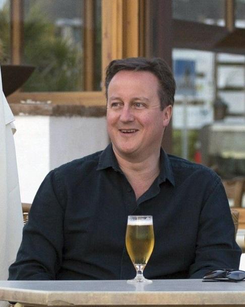 Кэмерон отдохнул на Канарах за бокалом пива