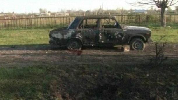По заявлениям сторон, всю ночь в зоне конфликта велась стрельба. Этот сгоревший автомобиль был снят в Тертерском районе