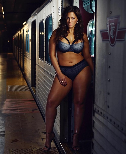 Сексуальная plus-size модель попала на обложку Cosmopolitan