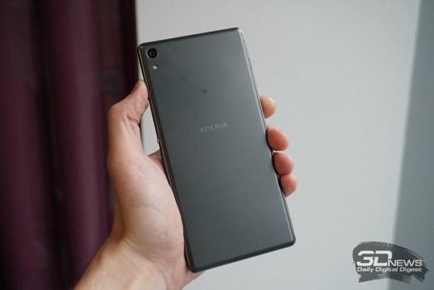 Sony випустила гігантський смартфон з  селфі -камерою