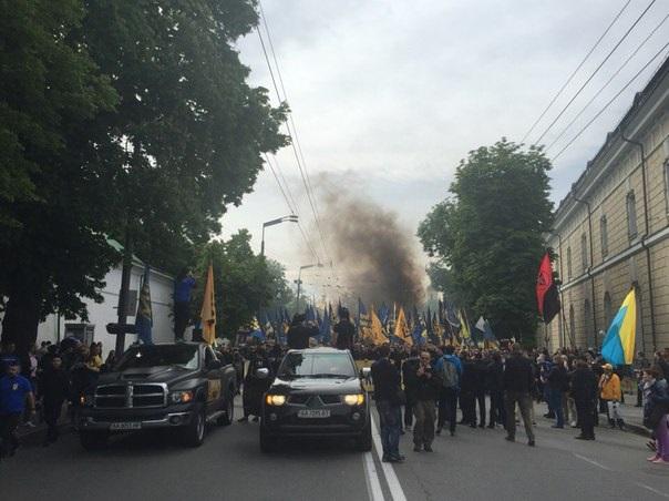 «Азов» проводит марш в центре Киева
