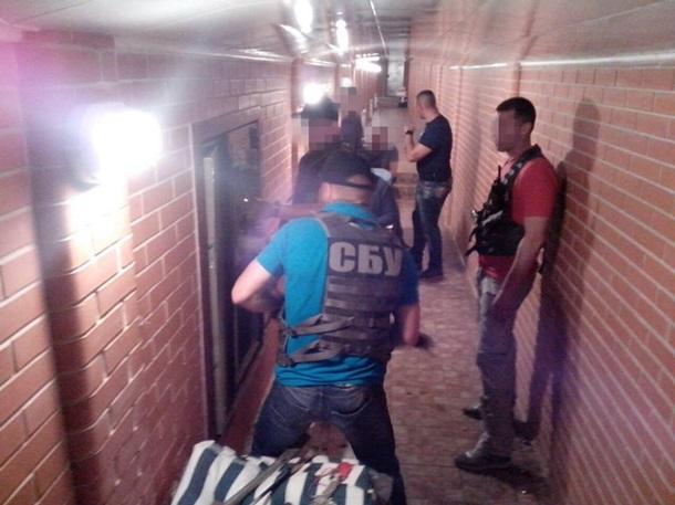 Под домом Героя Украины нашли тоннель с сейфами с золотыми слитками и антиквариатом