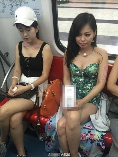 Популярный флешмоб: упругая грудь и презервативы