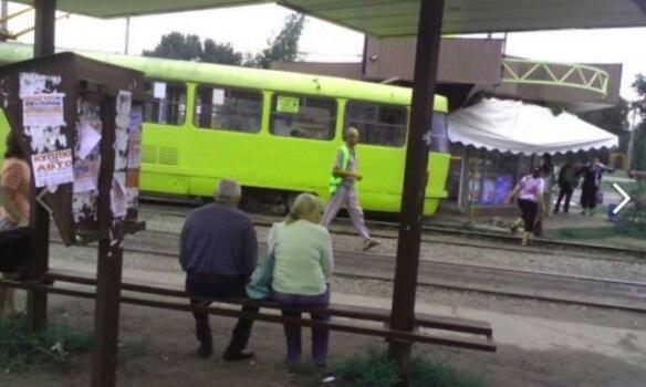 ВХарькове трамвай «облюбовал» хлебный киоск