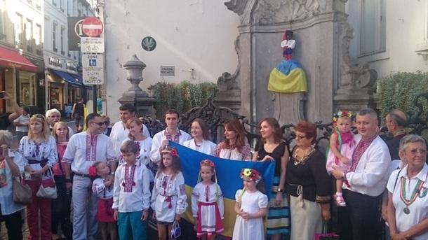 Мальчика писающего, одели в украинский костюм